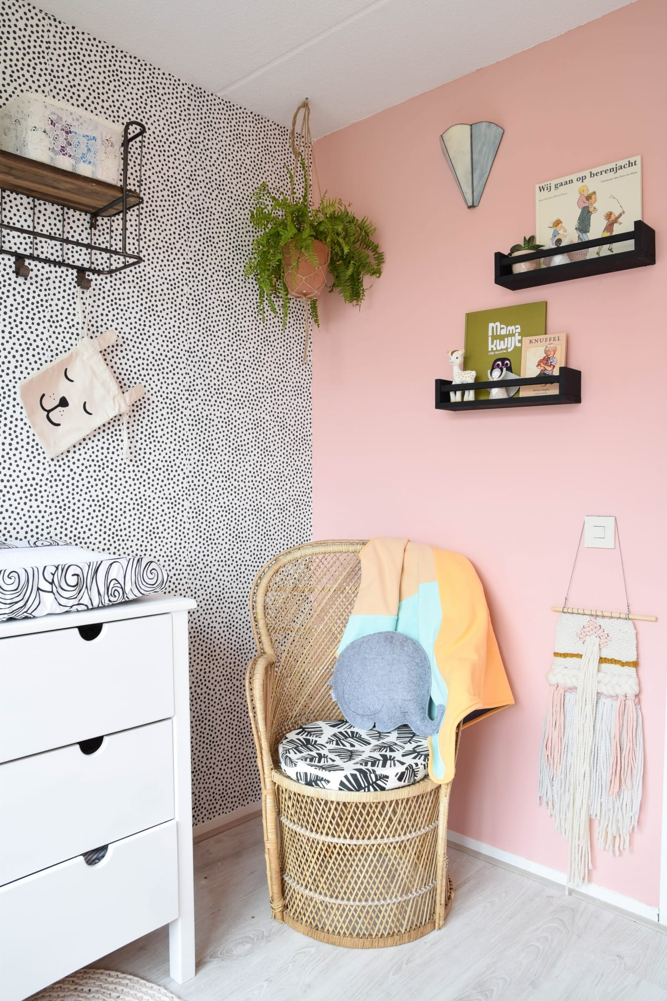 vintage pauwenstoel in kinderkamer