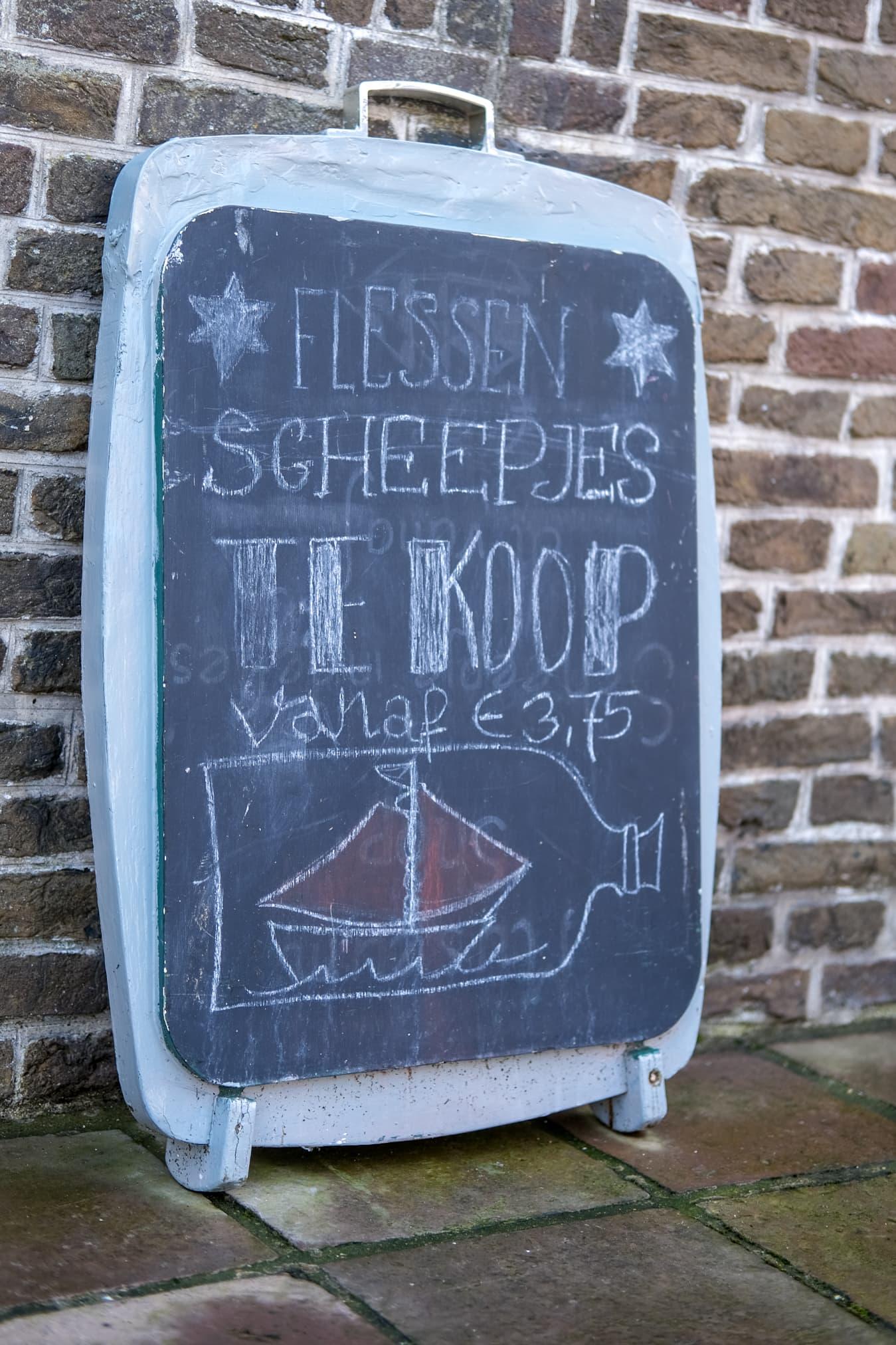 bord bij het flessenscheepjesmuseum enkhuizen
