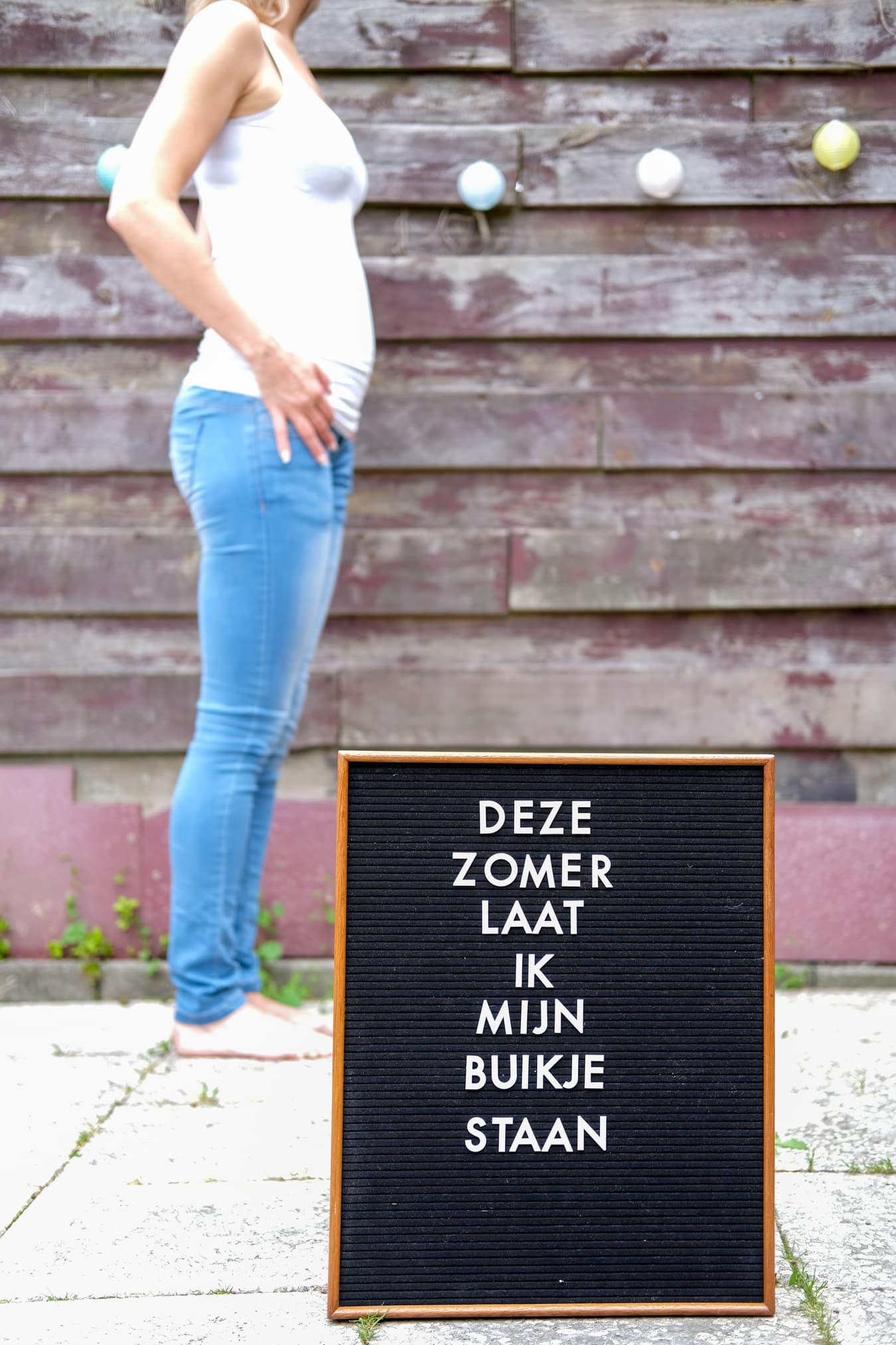 zwangerschapsaankondiging met letterbord