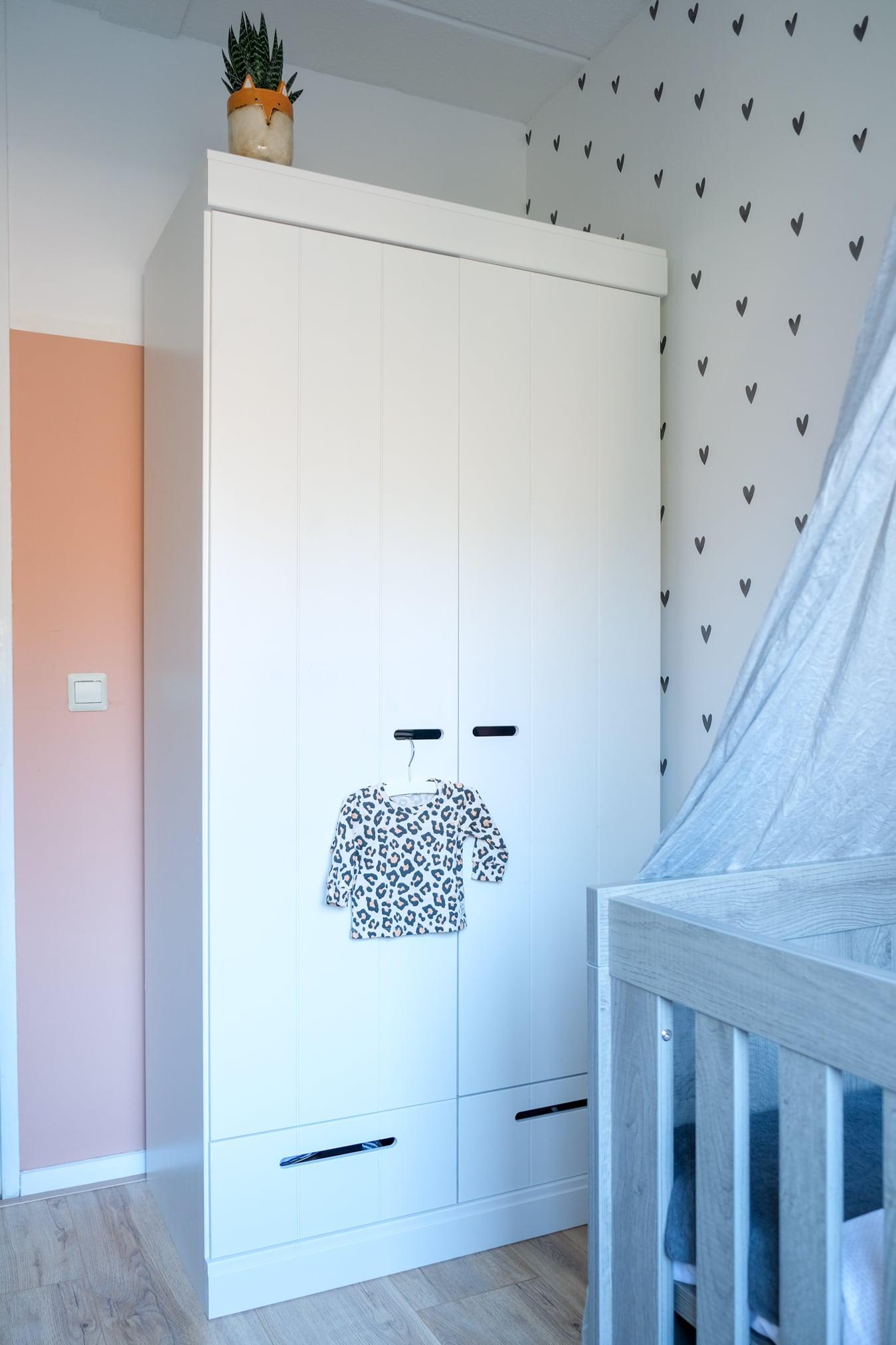 witte kledingkast babykamer
