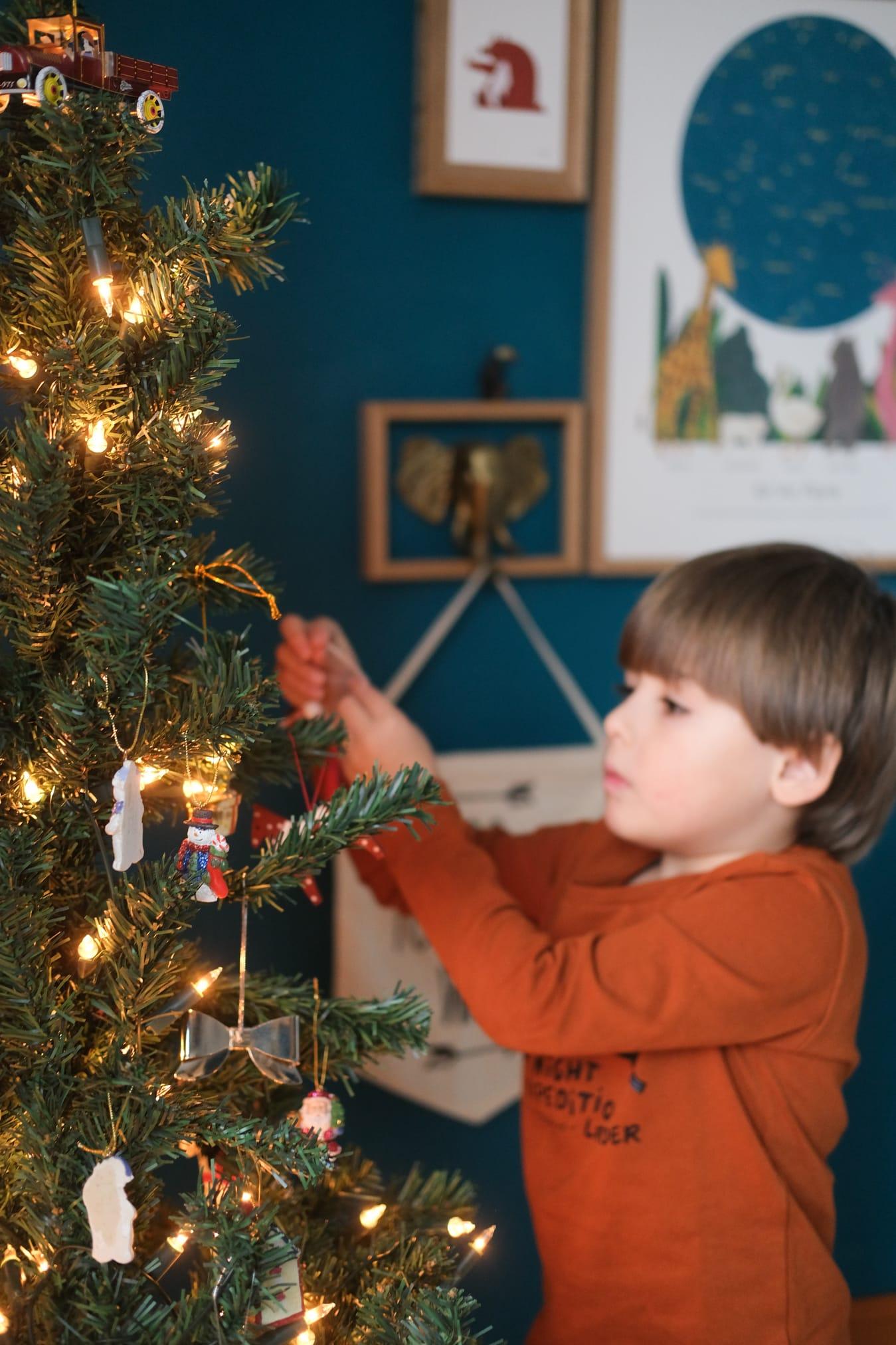 kerstboom versieren met kinderen