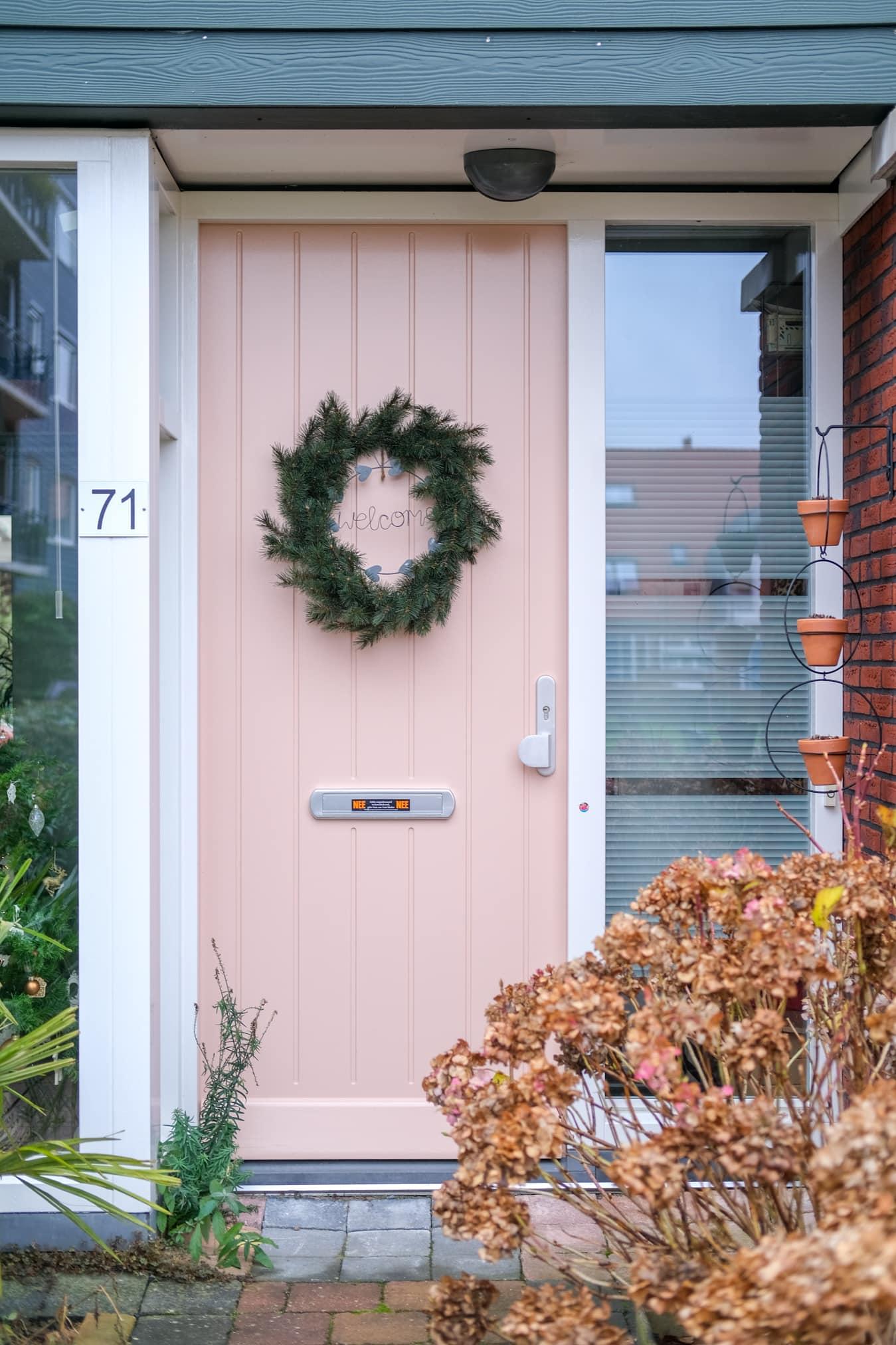kerstkrans aan de deur